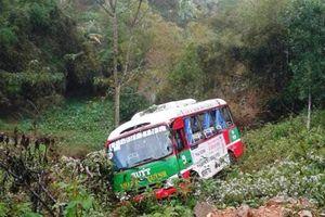 Nghệ An: Va chạm với xe tải, xe buýt mất lái lao xuống vực sâu 10m