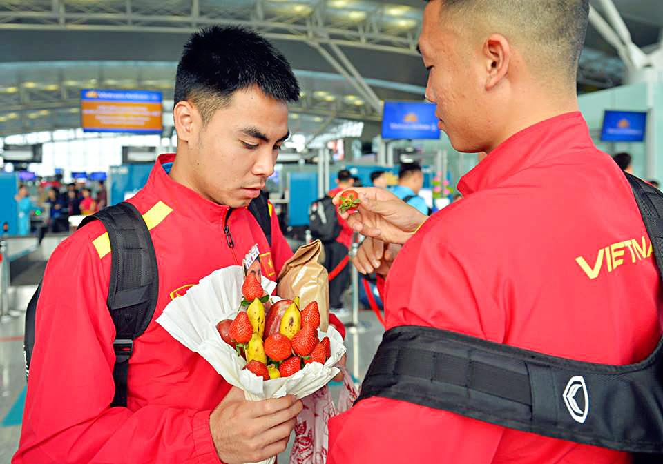 Đức Huy nhận bó hoa đặc biệt từ fan nữ tại sân bay Nội Bài trong ngày sang Qatar