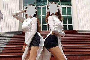 Mặc áo dài, quần đùi tạo dáng... chụp ảnh giữa Trường ĐH Sư phạm TP HCM!