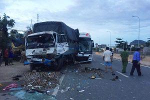 Xe khách tông nhau trên quốc lộ, 2 người chết, 7 người bị thương