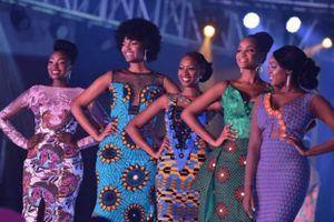 Hoa hậu châu Phi hoảng hốt vì tóc bị cháy khi đang khóc mừng đăng quang