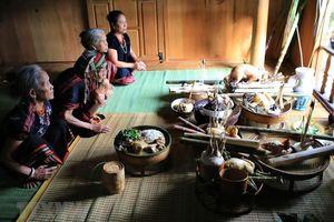 Cùng tham dự Lễ hội truyền thống AZa Koonh của đồng bào Pa Cô