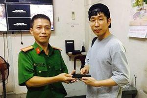 Du khách Hàn Quốc vui mừng nhận lại tài sản sau vài giờ bị cướp