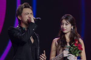 Ji Yeon ngượng ngùng khi được Soobin Hoàng Sơn tặng hoa trên sân khấu