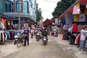 Họp chợ trên phố Phan Văn Trường