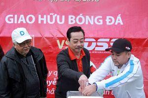 Bất chấp thời tiết giá lạnh, CLB nghệ sỹ V- Stars đá bóng gây quỹ từ thiện cho người đàn ông bị khối u xơ khổng lồ