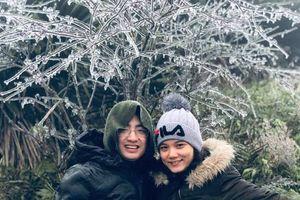 Khách du lịch thích thú với băng tuyết phủ trắng đỉnh Mẫu Sơn