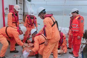 Đưa 4 thuyền viên Philippines bi nạn trên biển vào TP. Nha Trang cấp cứu