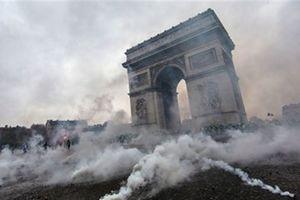 Paris đón năm mới trong khói lửa 'Áo vàng'