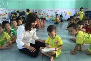 Cậu bé 3 tuổi đã biết đọc và tự học tiếng Anh