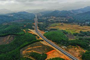 Chùm ảnh: Hạ Long - Vân Đồn đẹp như tranh nhìn từ cao tốc 12.000 tỷ