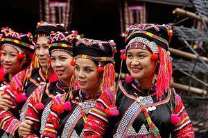 Trang phục phụ nữ Hà Nhì: Vũ điệu của sắc màu