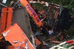 Xe container lao xuống vực vỡ toác đầu, dân cạy cửa cứu tài xế