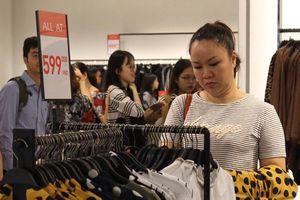 Sài Gòn bùng nổ giảm giá cuối năm, khách cảnh giác 'chiêu' bán đồ lỗi