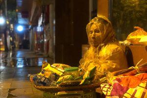 Người vô gia cư tại Hà Nội ngủ vỉa hè, co ro trong mưa phùn giá buốt