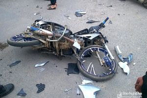 Va chạm giữa ngã tư, ô tô và xe máy nát bươm, hai người bị thương
