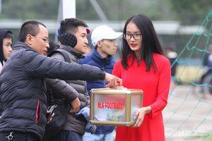 Khán giả Thành Vinh đội rét xem ngôi sao xứ Nghệ đá bóng từ thiện