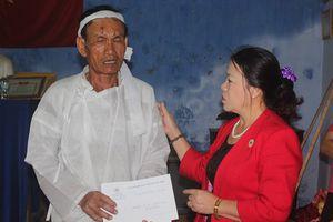 Trao hỗ trợ cho gia đình có người bị chết, sập nhà do sạt lở núi ở Cam Lâm