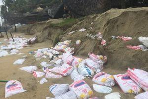 Sóng dữ tấn công, bãi biển Cửa Đại tan hoang