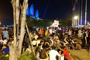 Người dân TP.HCM mệt mỏi tìm chỗ ăn nghỉ, ngả lưng giữa phố chờ xem pháo hoa