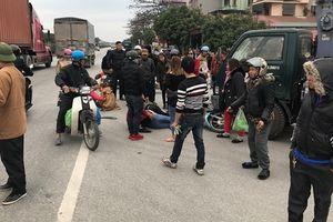 Xe máy 'kẹp 5' đi ngược chiều tông xe cẩu, 4 người bị thương nặng