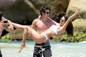 Alessandra Ambrosio diện bikini phấn khích ôm hôn bạn trai đón năm mới