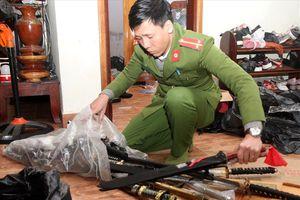 Phát hiện kiếm, pháo và công cụ hỗ trợ ở cửa hàng tạp hóa