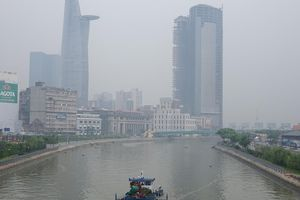 TP.HCM se lạnh mù 'như sương', người Sài Gòn ra đường cần đeo khẩu trang