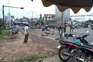 Tai nạn ở Long An: Container đâm khi dòng người đang dừng đèn đỏ
