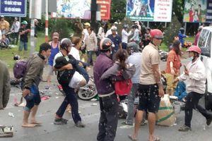 Vụ tai nạn kinh hoàng ở Bến Lức: Kẹt xe kinh hoàng qua hiện trường vì hàng ngàn người hiếu kỳ