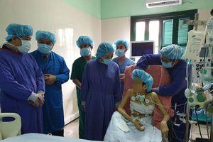 Bộ trưởng Nguyễn Thị Kim Tiến trao kỷ niệm chương cho gia đình người hiến 7 mô/tạng cứu người