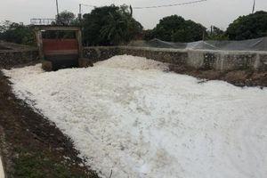 Hà Nam: Kênh tưới tiêu nổi bọt trắng xóa, bay như tuyết