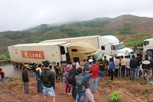 2 xe container 'sa lầy' ở đèo Phượng Hoàng, quốc lộ 26 tắc nghẽn