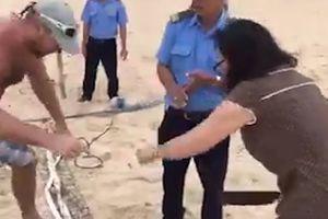 Chủ resort vung dao chặt lưới bóng chuyền du khách giăng trên bãi biển