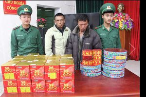 Biên phòng Quảng Ninh bắt 2 gã đàn ông lên biên giới mua pháo lậu