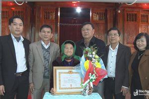Trao Huy hiệu Đảng cho các đảng viên ở huyện Anh Sơn, Tân Kỳ
