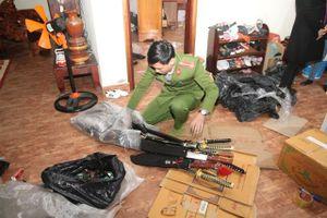 Quảng Trị: Phát hiện nhiều hàng 'nóng', pháo lậu ở cửa hàng bách hóa