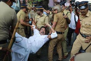 Phụ nữ Ấn Độ phải đi trốn vì vào đền thiêng, biểu tình nổ khắp bang