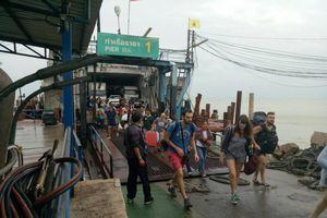 Du khách ở phía nam Thái Lan lũ lượt 'chạy bão' trái mùa