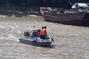 Chìm sà lan chở cát trên sông Tiền, 3 người mất tích