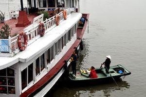 Bị phát hiện, thuyền hàng rong trên vịnh Hạ Long tự gây đắm