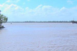 Tiền Giang: Chìm sà lan trên sông Tiền, 3 người mất tích