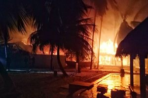 Khu nghỉ dưỡng hạng sang Maldives bốc cháy, khách hoảng sợ bỏ chạy