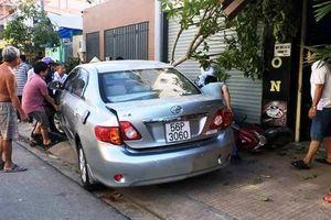 Nữ tài xế lùi ôtô 'như bay' vào quán cà phê, 4 xe máy bị cuốn vào gầm