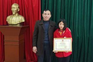 Bộ GD-ĐT trao bằng khen cho nữ sinh lớp 8 ở Hà Tĩnh trả lại 30 triệu tiền nhặt được