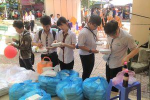 Hàng ngàn suất cơm miễn phí cho học sinh tham dự tư vấn mùa thi