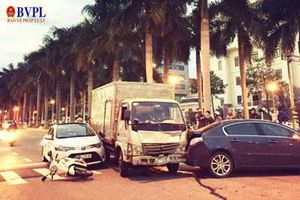 Xe tải 'điên' lại lao thẳng vào ô tô, xe máy đang chờ đèn đỏ