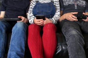 Không nên cho trẻ tiếp xúc với màn hình quá lâu trước khi đi ngủ