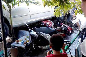 Quý bà Sài Gòn 'lùi xe như bay' ủi 4 xe máy trên vỉa hè