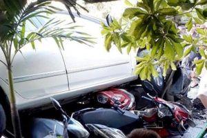 Nữ tài xế lùi ô tô, lao lên vỉa hè cuốn 4 xe máy vào gầm